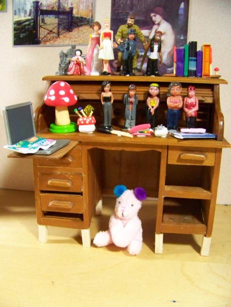 http://oddpla.net/blog/dolls/misc16/ellerysroom/100_6061.JPG