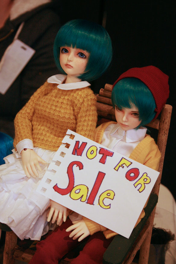"Souldoll Tiffee [left] and Fairyland Minifee ??? [right], the hilariously glum ""not for sale"" twins."