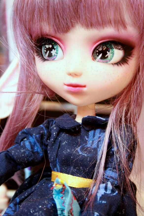 Custom Pullip with faceup and eyechips by Holy Calamity Studios, owned by McKenzie. My stinking camera did not do justice to the delicate palette and blending on this faceup. >:(