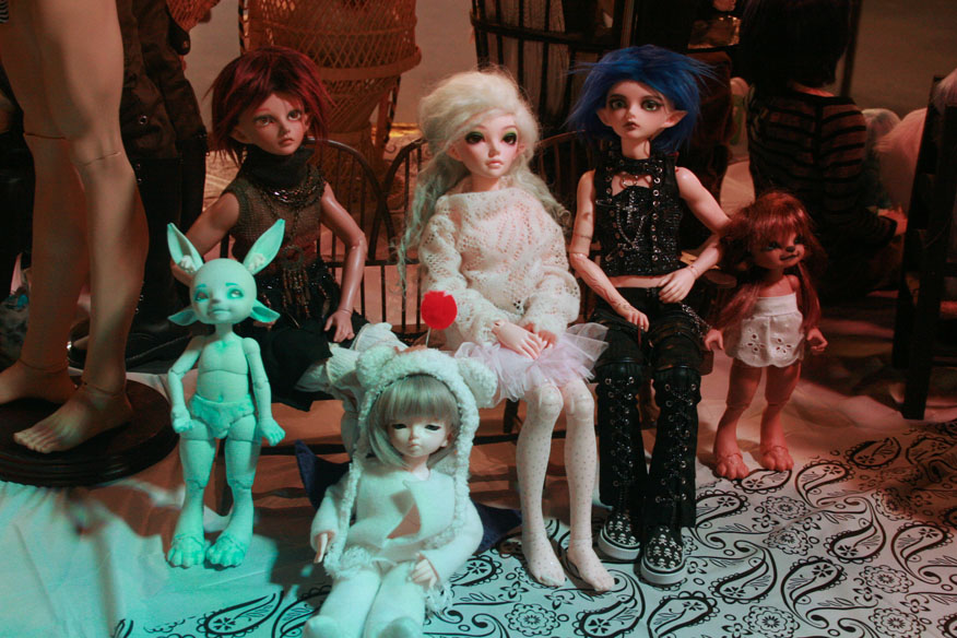 From left to right: Fairyland RealFee Pano [mint], Fairyland Minifee Karsh [tan]. Fairyland Minifee Siean Elf [white hair], Fairyland Minifee Karsh [blue hair], Fairyland RealFee Pano [tan]. Sitting on floor in front is Fairyland LittleFee Lewi.